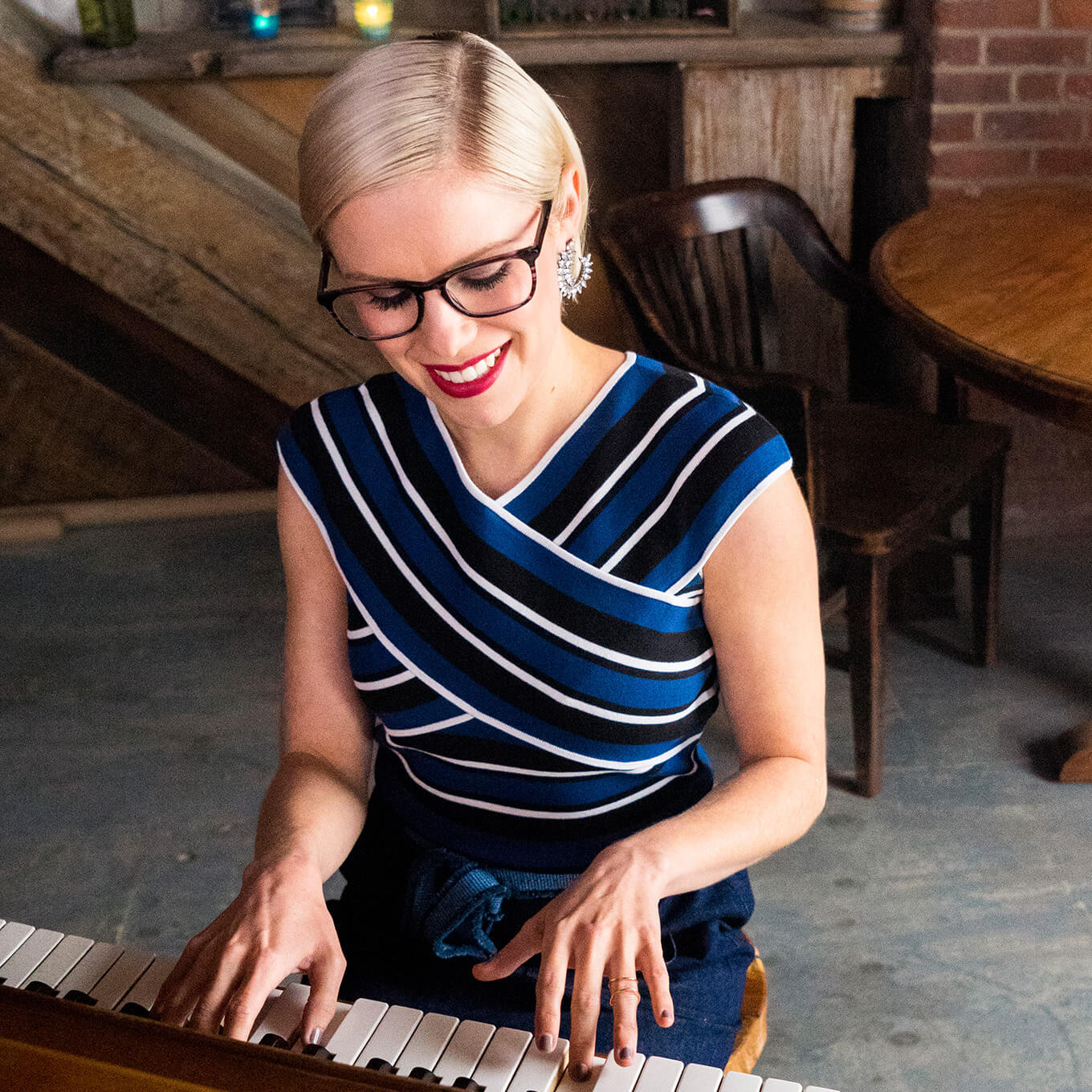 Brooklyn-based soul singer Grace Weber plays the piano wearing the Ain eyeglasses in purple tortoiseshell from the Zenni Metropolitan Collection.